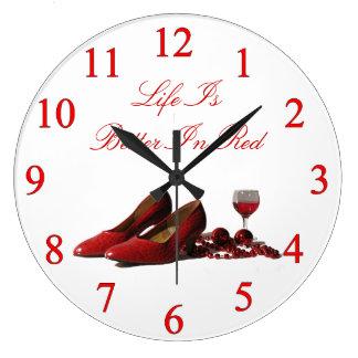 Zapatos rojos del tacón alto y vino rojo reloj redondo grande