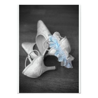 Zapatos y liga de las novias en la invitación del