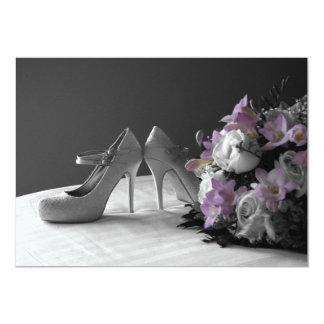 Zapatos y ramo nupciales en la invitación del boda