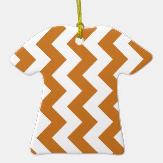 Zigzag I - Blanco y ocre Adorno De Cerámica En Forma De Camiseta