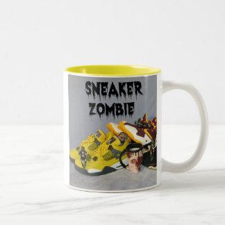 Zombi de la zapatilla de deporte taza de café de dos colores
